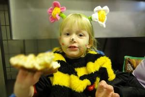 Ronja als Biene