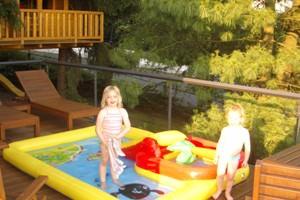 Wasserplanschbecken vor dem Baumhaus